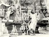Fille d'un marché ghanéen invite à acheter quelque chose — Photo