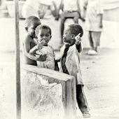 Três crianças de ganês um pouco tímido na frente da câmera — Foto Stock