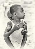 Ghanaischer mädchen trägt ihren bruder auf dem rücken — Stockfoto