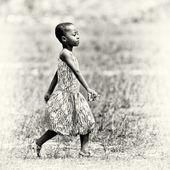 Ghanees meisje wandelingen throug het veld — Stockfoto