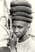 Ghański chłopca w wielu kapelusz na głowę — Zdjęcie stockowe