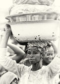 A Ghanaian lady with basin of clothes — Stock Photo