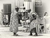 Dos hombres ghanés mano cada uno al otro — Foto de Stock