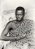 Un homme sérieux ghanéen en vêtements typiques — Photo
