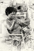A Ghanaian mother and her child pose for the camera — Stock Photo