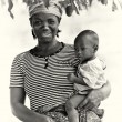 A picture of a Ghanaian mother with her baby — Stock Photo