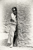 A Ghanaian girl stays near the tree — Stock Photo