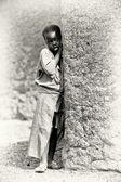 A Ghanaian girl stays near the tree — Stock Photo