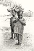Sonriente niño de ghana y su hermana — Foto de Stock