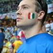 A fan of the national Italian football team sings the anthem — Stock Photo