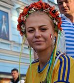 Beautiful Ukrainian girl which supports her national team — Stock Photo