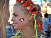 Schöne ukrainische mädchen, das italienische fußballnationalmannschaft unterstützt — Stockfoto