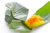 Karides ve parçalamak yapışkan pirinç üzerine hindistan cevizi. — Stok fotoğraf