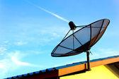 Satélite de comunicación sobre cielo azul en techo — Foto de Stock