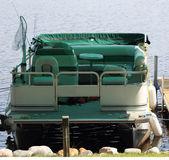 Ponton łódź zadokowany na molo — Zdjęcie stockowe