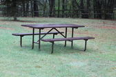 Picnic Table in a park — Stockfoto