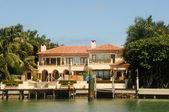 Luxury waterfront home — Stock Photo