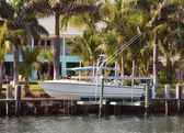 Waterfront home with boat — Stock Photo