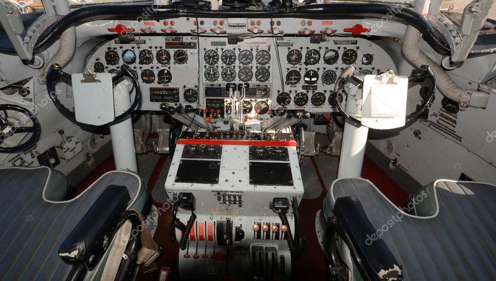 Vecchia cabina di pilotaggio aereo turboelica foto stock for Piani di cabina 32x32
