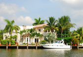 Waterfront mansion — Stock Photo
