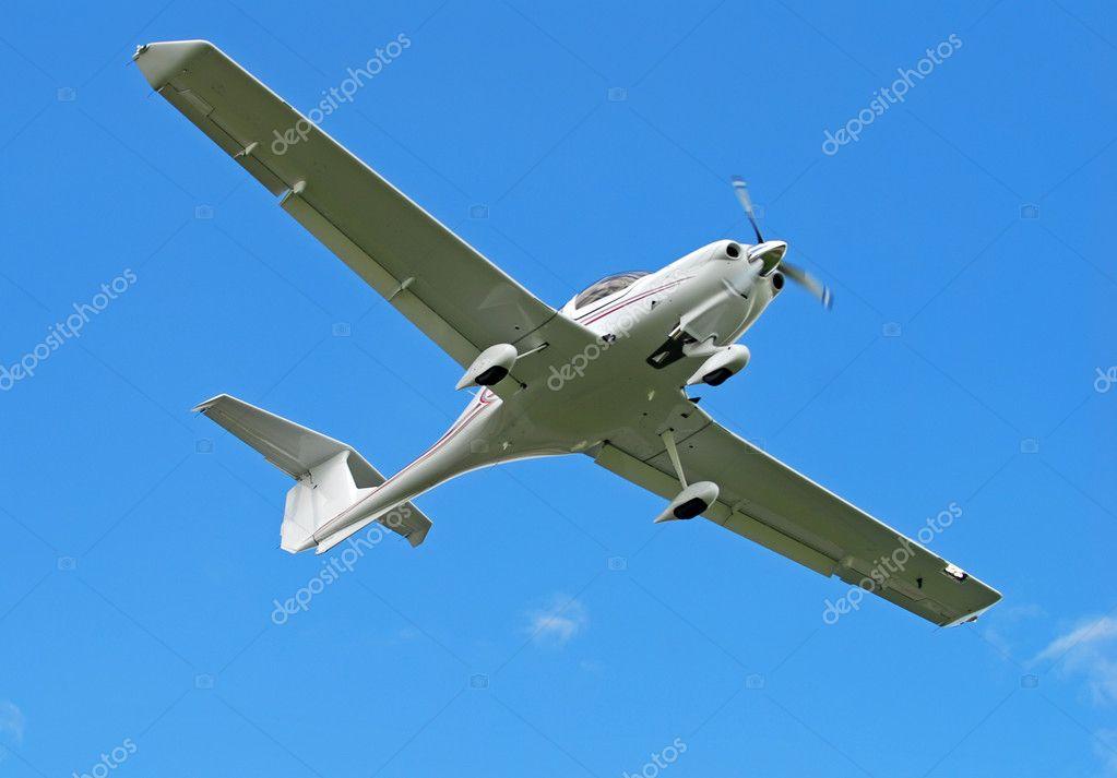 轻型私人飞机在飞行中