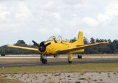 Staré žluté letadlo — Stock fotografie