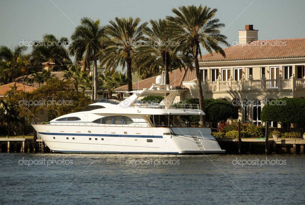 Luxury yacht in front of expensive mansion — Stock Photo #11852087