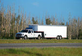 Truck towing trailer — Stockfoto
