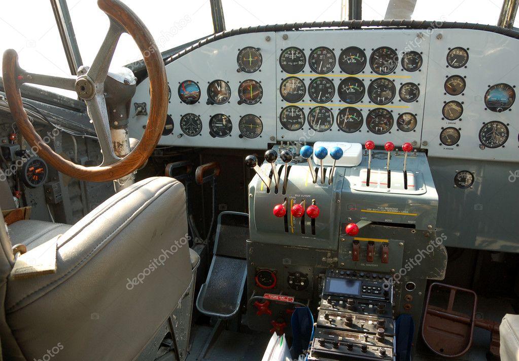 Vecchia cabina di pilotaggio aereo foto stock for Cabina a 2 piani