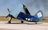 Staré letadlo vojenského námořnictva na scénu — Stock fotografie