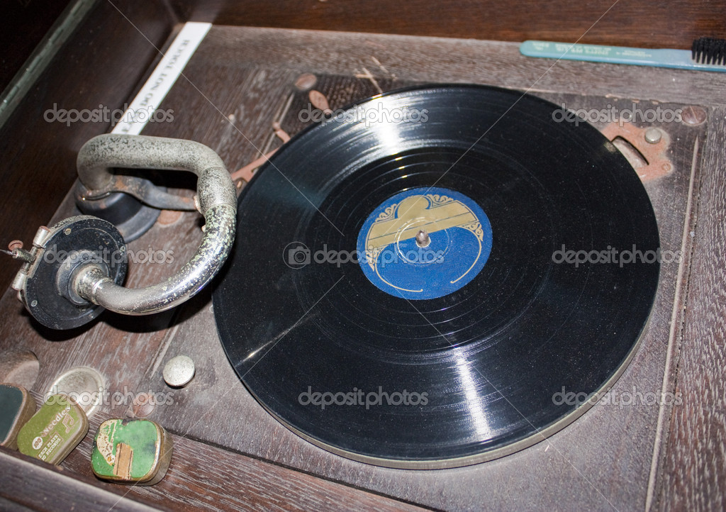 A very old record player with a record — Stock Photo #11756963