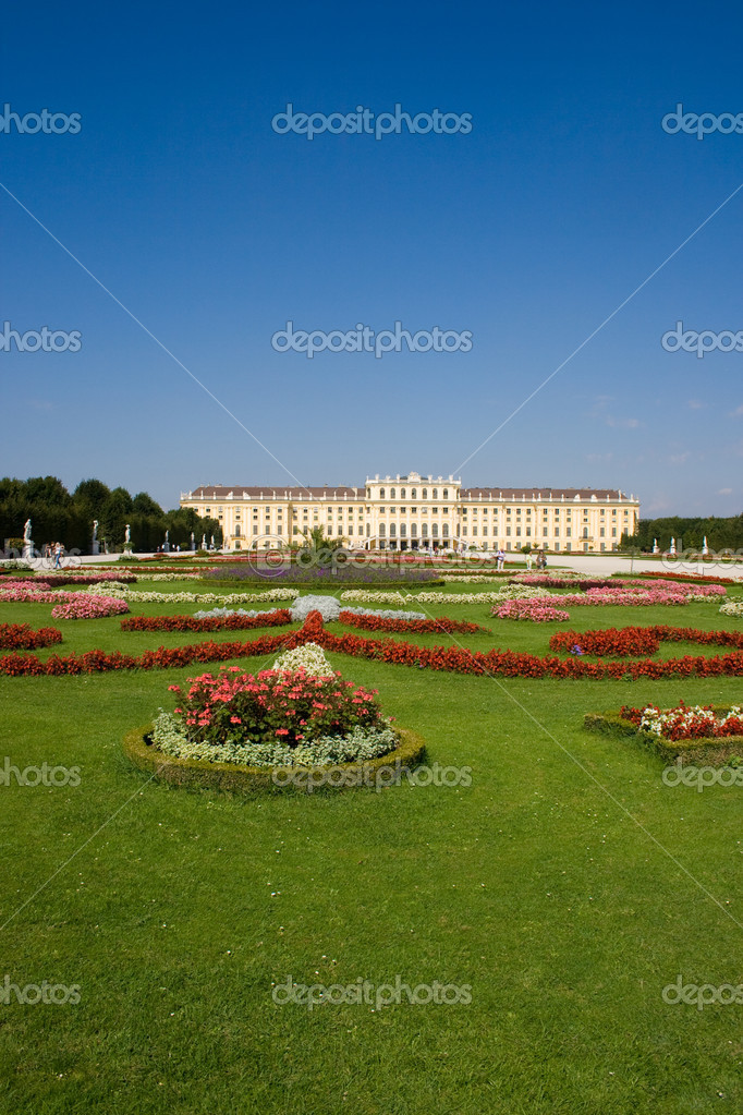 Schoenbrunn Palace in Vienna, the historical landmark of Austria — Stock Photo #11987905