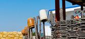 Vasi in ceramica sul recinto in legno articoli — Foto Stock