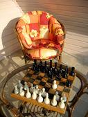 Schack spel och trädgård stol — Stockfoto