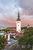 Kostel svatého mikuláše v tallinn, estonsko při západu slunce — Stock fotografie