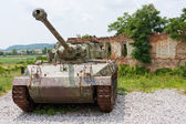Tank in front of broken house — Stock Photo