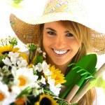 flicka stående med trädgårdsredskap — Stockfoto