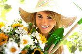 Retrato de la muchacha con herramientas de jardinería — Foto de Stock