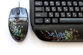 Počítačové klávesnice a myš s seznamem umění. — Stock fotografie