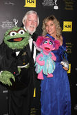 Caroll Spinney, left, and Leslie Carrara Rudolph pose with puppe — Stock Photo