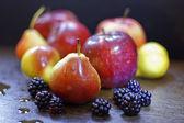 яблоки, груши, черной смородины — Стоковое фото