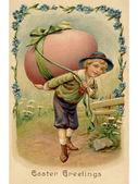 Een vintage pasen briefkaart van een jongen met een grote easter egg op zijn rug — Stockfoto