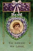 Um cartão postal dos namorados vintage com um querubim segurando uma carta de amor em uma guirlanda de violetas — Foto Stock