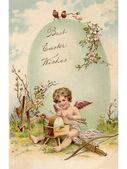 Een vintage pasen ansichtkaart van een cupid maken pijlen en een grote easter egg — Stockfoto