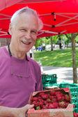 Пожилой человек на фермерском рынке — Стоковое фото