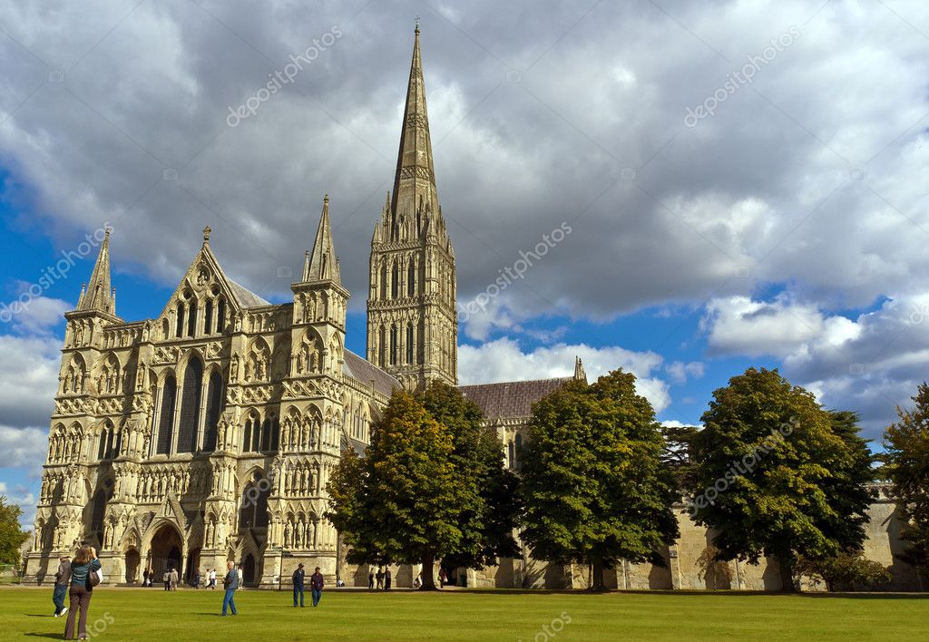 Tourists in the grounds of Salisbury Cathedral, Wiltshire — Stock Photo #11705881