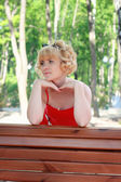 Parkta güzel bir genç kadın — Stok fotoğraf