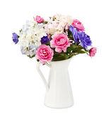 Fiori di rosa e blu bouquet colorato in bianco decorativo bucke — Foto Stock