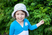 Outdoor portrait of cute girl in white hat — Stock Photo