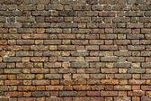 汚れた古い赤れんが造りの壁の背景フロント ビュー — ストック写真